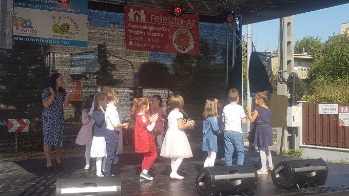 Pajkos Utcabálon az Ezüstfenyő épületünk Piros alma csoport gyermekei
